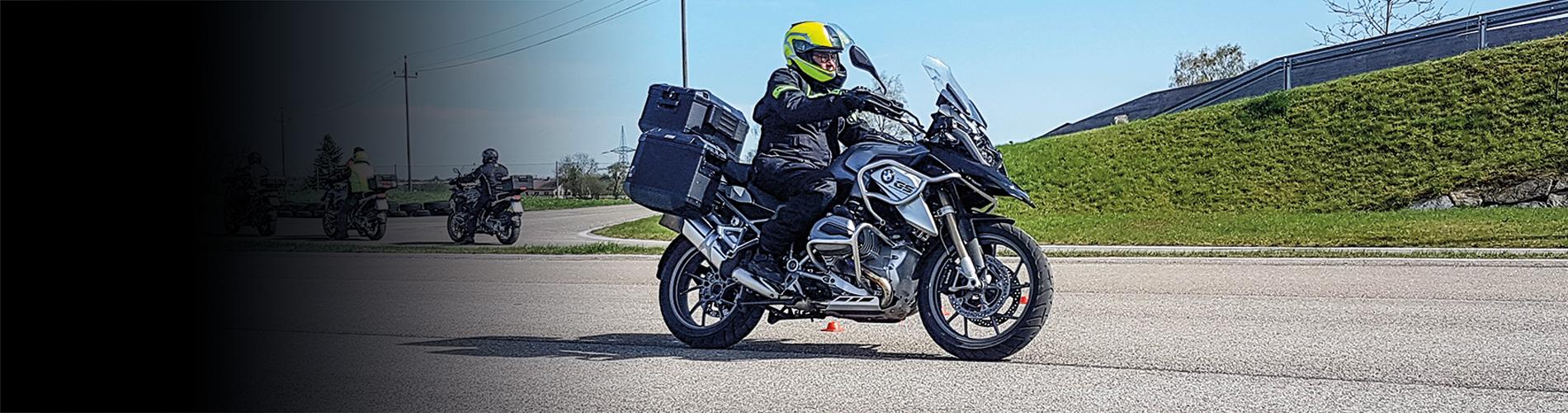 Motorrad Sozia und Gepäck